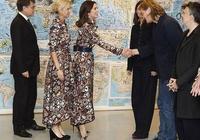 丹麥王妃出席頒獎禮,一襲土氣印花裙直接撞衫主辦方嘉賓,尷尬了