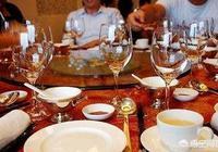 單位領導聚餐時,如果有領導安排你倒茶遞水,這意味著什麼?