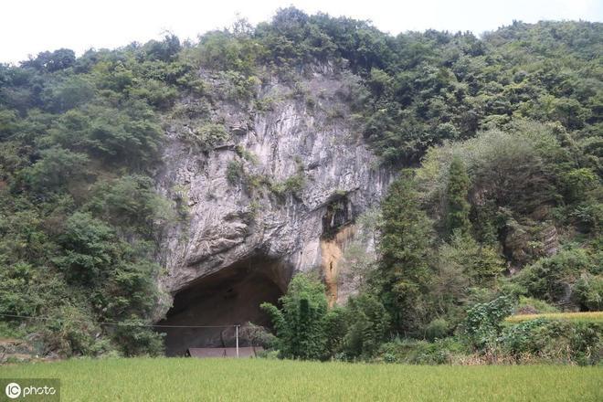 實拍中國住在山洞裡的一家人,生活很幸福!