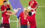 中超廣州恆大捧杯 斯科拉里全身被酒澆透