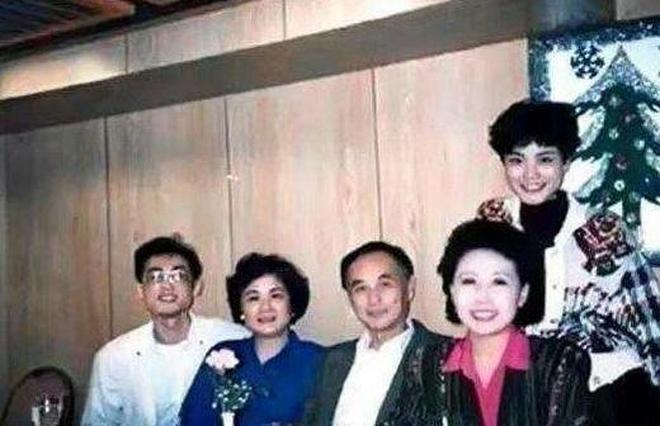 49歲王菲全家照,看了她爸媽才知道,王菲為何會迷倒四個男人
