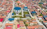 河北滄州:小村子走出天津首富,老家村中蓋別墅,顏色形狀別緻!