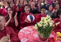 春晚李易峰扔球給岳雲鵬,小嶽嶽表情太萌了,網友:接到了繡球?