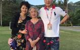 52歲茹萍美貌依舊,一婚嫁大18歲老公,重組家庭卻過得幸福!