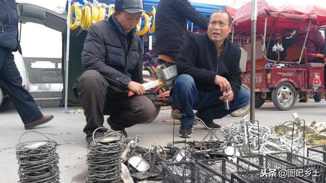 """河南農村集市上的""""奪命暗器"""",以前用來發家致富,如今卻沒人要"""