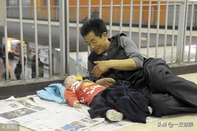 過年回家父母帶孩子太辛苦,十張催人淚下的照片,哪張感動了你?