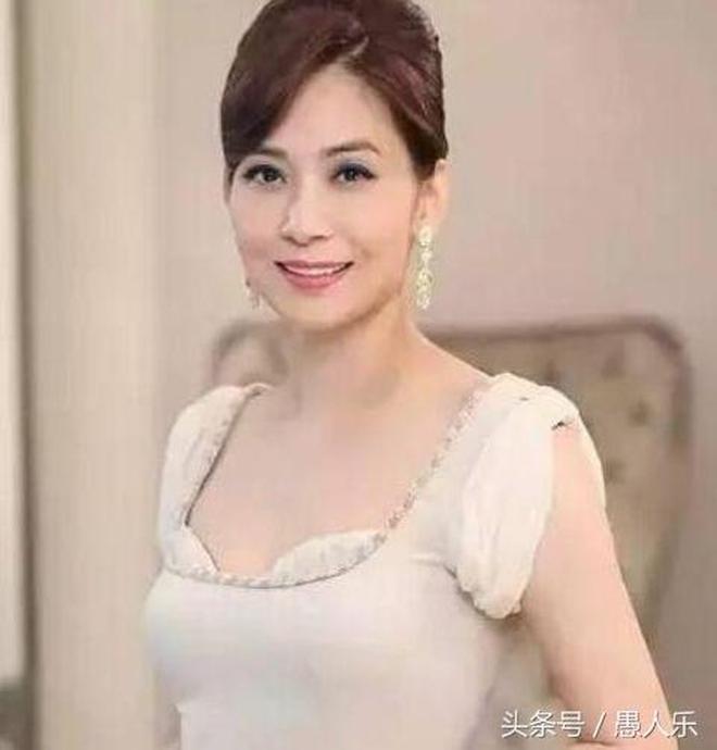 54歲鄺美雲生活近照,曾經的港姐如今坐擁5億資產,至今單身生活
