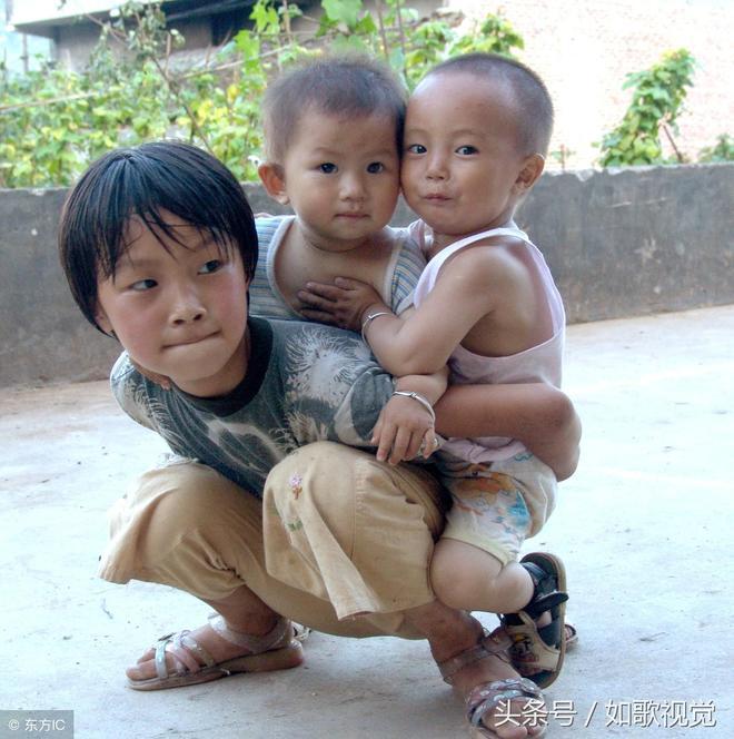 10張圖直擊農村留守兒童,幼小的孩子望眼欲穿,看完你掉淚了嗎