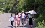 緹香谷扶貧基地的杏成熟了,帶著家人來玩的同時也為扶貧作點貢獻