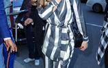 凱特·貝金賽爾紐約街拍:身穿黑白條紋西裝優雅而氣質十足