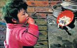 9歲女孩被媽媽拋棄,被用繩子拴著生活了6年,變成了精神智障