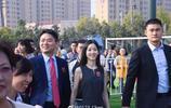 劉強東攜妻子章澤天出席母校校慶,兩人十指緊扣滿臉笑意恩愛甜蜜