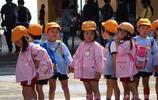 """實拍日本""""三歲小孩"""",上學路上揹著大書包,父母為啥從來不送?"""