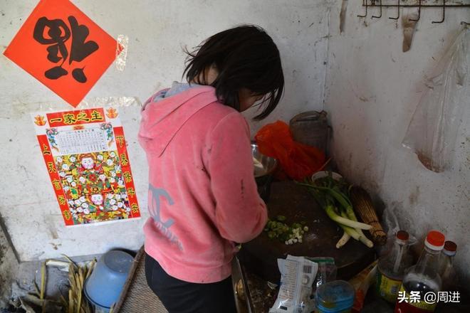 七旬老人和三個未成年的小孩相依為命,13歲孫女洗衣做飯操持家務