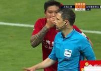 上港和魯能的比賽中,蔡慧康多次被鏡頭拍到捂著嘴與裁判說著什麼,為何需要捂嘴交流?