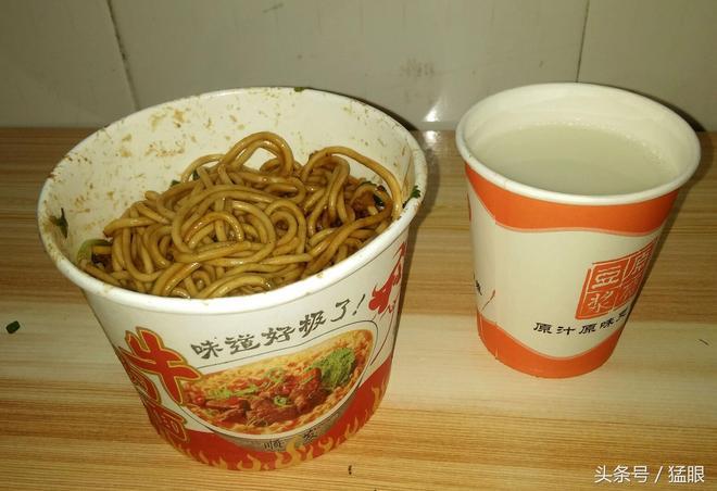 農民工早餐吃武漢熱乾麵,四元一份豆漿免費,飽不飽都得去上工