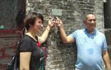 廣州恆大外租球員羅伯特蕭尋根問祖,他的父母拜訪了老家的祠堂