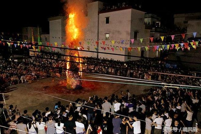中秋太魔性!肇慶村民用磚塊搭成6米高小黃人,引2千多人觀看