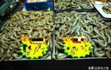 這些大蝦便宜了  原價33元的大蝦只要28元一斤  23元一斤的降到19