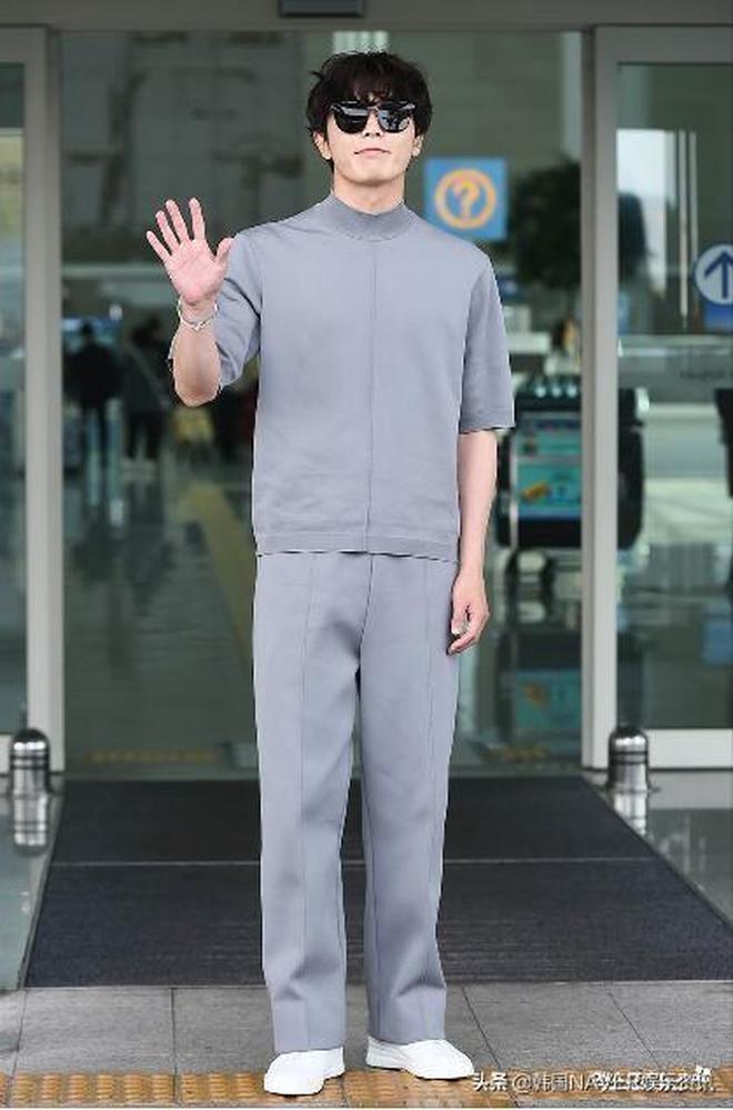 金材昱:前往法國出席時裝週,這身衣服沒點顏還真不敢穿