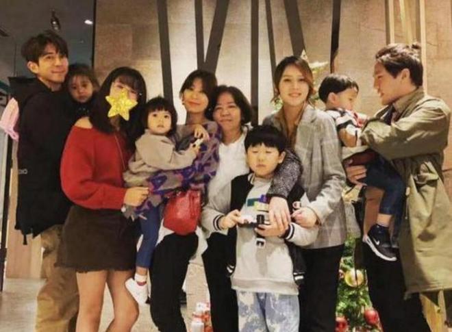 咘咘舅媽晒與家人合照,咘咘顏值回升,波妞和蕭敬騰簡直一模一樣