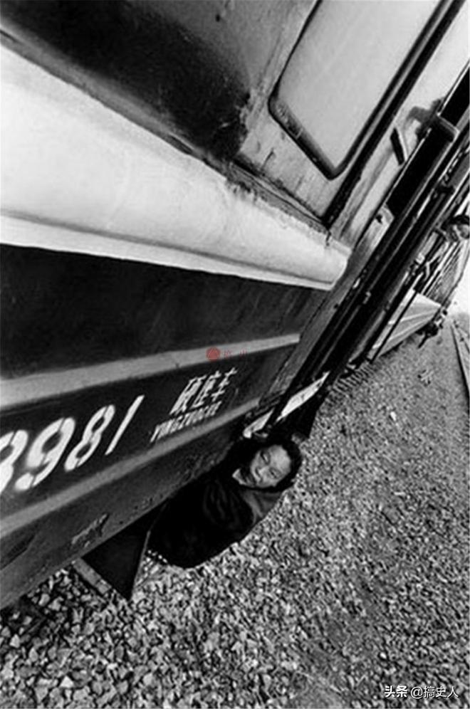 老照片:90年代的農民工有多苦?圖8民工扒在火車外面進城打工!