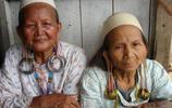 實拍印尼土著婦女戴超重耳環,耳垂拉至肩膀,並以此為美