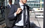 英氣逼人!皇馬眾將登機出戰歐洲超級盃,看看誰是最帥西裝男