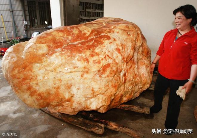 一塊玉石自重11噸 花費3年時間500萬運到家 有人出千萬男子不賣
