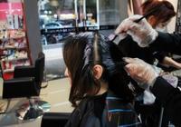 還在花錢去理髮店染髮?教你用1小竅門抹一抹,白頭髮很快黑回來