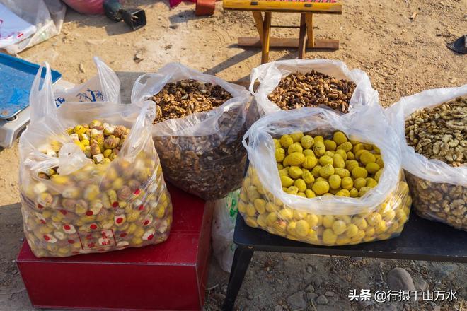濟南柳埠大集上農民自產自銷的水果,這種小國光蘋果已經不多見了