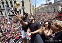 猛龍奪冠遊行慶典上的一舉動,可能預示著倫納德會繼續留守多倫多