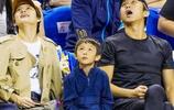 鄧超孫儷搞笑一家現在NBA現場,旁邊的周冬雨表情有點不屑