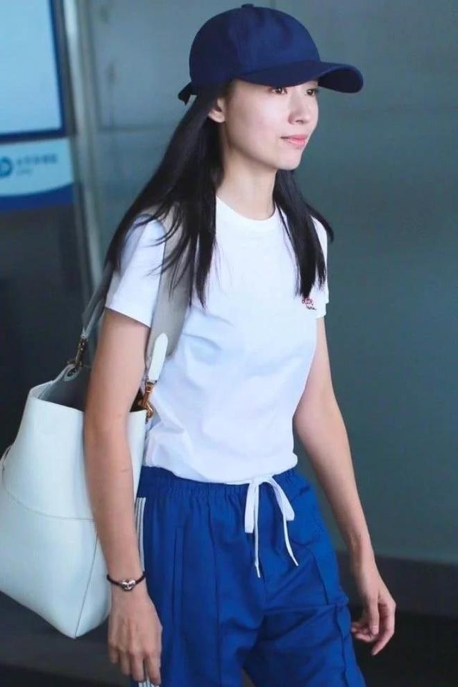 """董潔就是厲害,38歲穿""""校服褲""""走機場,說她是高中生也不誇張"""
