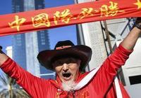 他,被譽為中國球迷的皇帝!如今登上了國際足聯的官網!