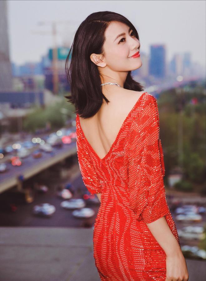 氣質美女高圓圓穿紅色衣服,網友:顏值要比抖音網紅小姐姐高