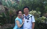 直擊:52歲朱軍和46歲妻子近照,夫妻相濡以沫20多年