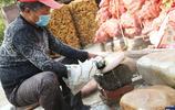 64歲農民在石頭上畫畫,一幅賣2萬,帶動數百名村民致富