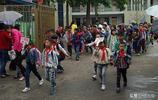 河南駐馬店汝南:下雨了,放學了,在古老的旗杆街遭遇一群小學生