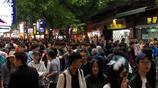 西安回民街遊客狂打卡:擠的能吃到別人手裡的串串