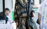 海蒂·克魯姆午後現身街頭,身穿一件民族風連衣裙,減齡顯優雅