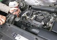 汽車機油怎麼放才幹淨,這種方法放完一滴不剩,快來看