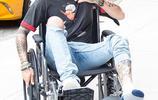 """""""美渣""""澤恩·馬利克腳受傷坐輪椅 對鏡頭不忘撩發耍帥"""