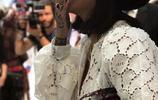 蕾哈娜出席時尚活動,白色蕾絲裙穿在她身上實在是霸氣十足