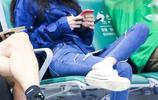 張碧晨出現機場,坐在椅子上玩著手機,坐的姿勢非常瀟灑霸氣