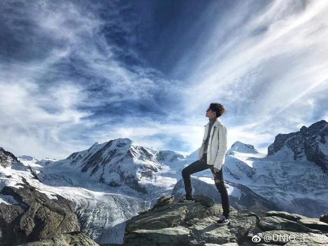 王一博天天向上瑞士行:哈哈 知道冷了 怎麼不繼續穿你的破洞褲了