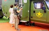 中國車王盧寧軍現身鄭州汽車博覽會,他在這個越野房車前合影留念