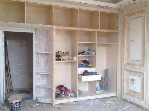 臥室別買成品衣櫃了,現在年輕人都這樣裝修,提高了空間利用率