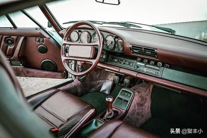 古董的保時捷跑車與現代的992跑車的碰撞