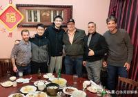 丁彥雨航發新照:頭髮剪短,和一群老外吃中國菜,三瓶啤酒很顯眼